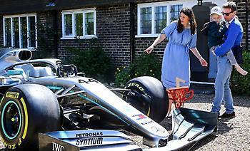 Η Mercedes έστειλε το μονοθέσιο και την κούπα του Χάμιλτον σε άρρωστο παιδί (pic)