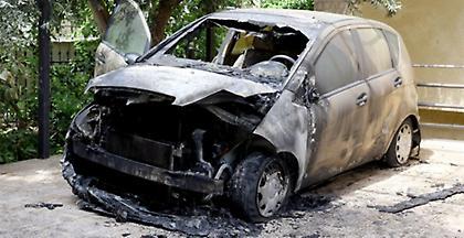 Στις φλόγες δυο αυτοκίνητα και ένα εκλογικό κέντρο τα ξημερώματα