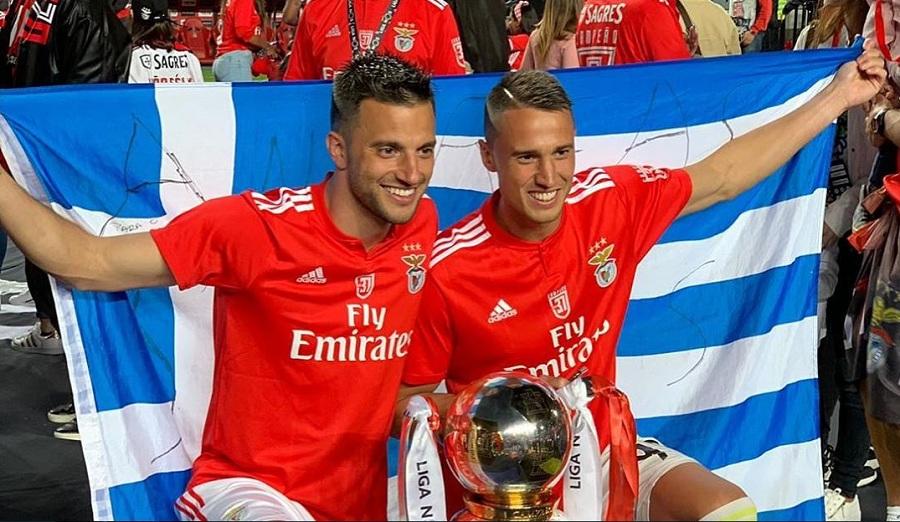 Σάμαρης και Βλαχοδήμος με την ελληνική σημαία μπροστά από το πρωτάθλημα της Μπενφίκα
