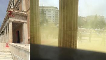 Επίθεση αγνώστων με πέτρες και καπνογόνα στη Βουλή