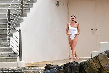 Η σέξι εμφάνιση της Μάργκοτ Ρόμπι με λευκό μαγιό (pics)