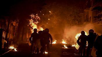 Επίθεση με μολότοφ σε ΜΑΤ κοντά στο Πολυτεχνείο - Κάηκε αυτοκίνητο