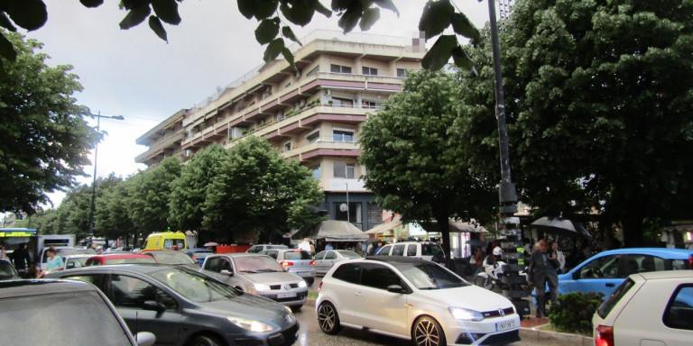 Ιωάννινα: Νεαρή γυναίκα απειλεί να πέσει στο κενό - Από ταράτσα πολυκατοικίας