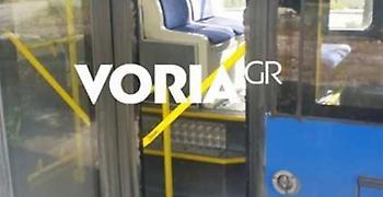 Επιβάτης έσπασε το τζάμι λεωφορείου με τη γροθιά του (pic)