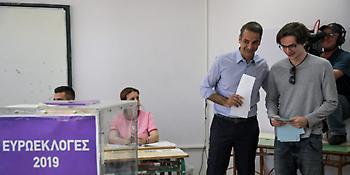 Ο γιος του Μητσοτάκη ψήφισε για πρώτη φορά - Μαζί με τον πατέρα του (pics)