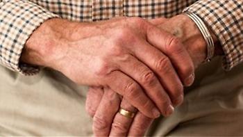 Φρουρός βουλευτή φέρεται να χτύπησε ηλικιωμένο στην Τρίπολη