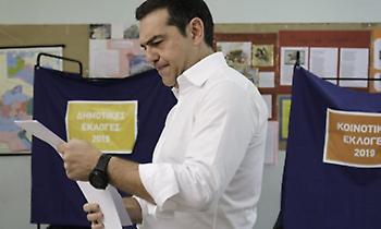 Bloomberg: Ανοιχτό το ενδεχόμενο πρόωρων εκλογών και ήττας Τσίπρα τον Ιούνιο