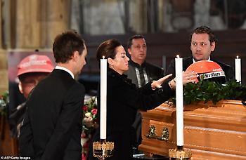 Η χήρα του Λάουντα τοποθέτησε το κράνος του πάνω στο φέρετρο (pics)