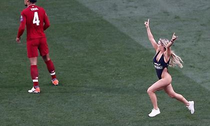 Αυτή είναι η ξανθιά εισβολέας που άφησε σε δεύτερη μοίρα τον τελικό! (pics)