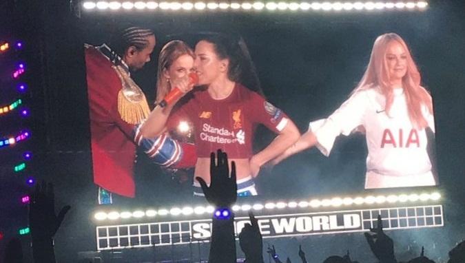Μέλος των Spice Girls εμφανίστηκε με φανέλα Λίβερπουλ σε συναυλία στο Μάντσεστερ