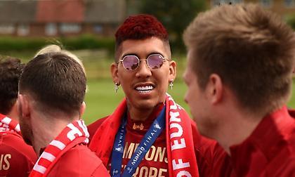 Έβαψε κόκκινο το μαλλί του ο Φιρμίνο (pics)