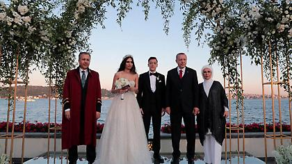 Παντρεύτηκε ο Μεσούτ Εζίλ, με μάρτυρα τον πρόεδρο Ερντογάν