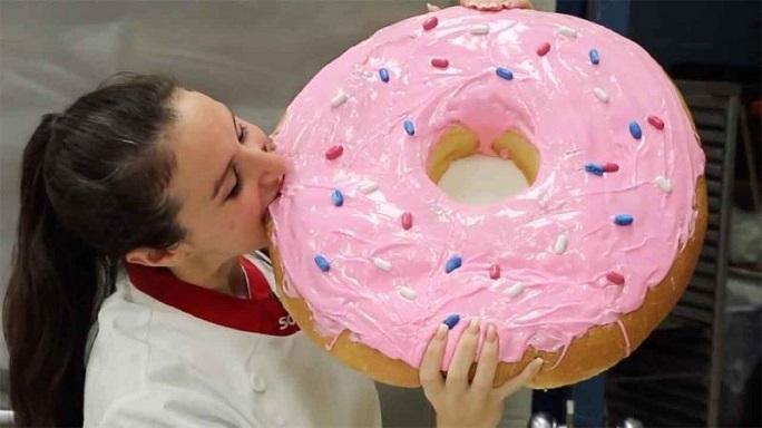 Αυτό είναι το μεγαλύτερο ντόνατ στον κόσμο! (video)