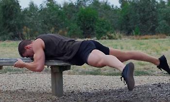 Μια… ξεχασμένη άσκηση που γυμνάζει άψογα πόδια και κοιλιακούς! (video)