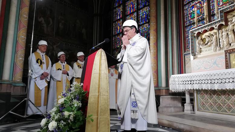 Παναγία των Παρισίων: Με κράνη η πρώτη μετά τη φωτιά λειτουργία