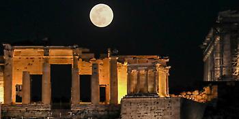 Κόκκινη Πανσέληνος:Τι είναι το φεγγάρι «της φράουλας» ή «του μελιού» που θα φωτίσει τον ουρανό