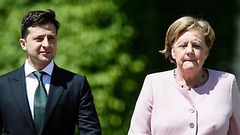 Βίντεο: Η Μέρκελ άρχισε να τρέμει δίπλα στον Ουκρανό πρόεδρο