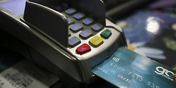 Εξαφανίστηκαν τα μετρητά - Για ποιες συναλλαγές οι Έλληνες χρησιμοποιούν κάρτες