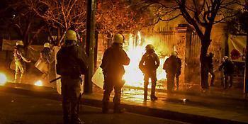 Επίθεση με μολότοφ σε ΜΑΤ στην Χαριλάου Τρικούπη