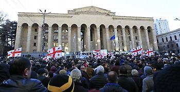 Εισβολή εθνικιστών στη Βουλή Γεωργίας ενώ ήταν μέσα βουλευτές ΣΥΡΙΖΑ (video)
