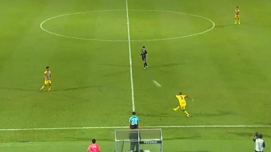 Απίστευτο γκολ με εκτέλεση φάουλ πίσω από το κέντρο (video)