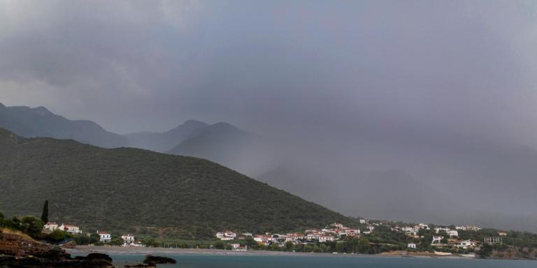 Καιρός: Επιστρέφει το βροχερό σκηνικό - Πέφτει ελάχιστα η θερμοκρασία
