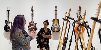 Ο κιθαρίστας των Pink Floyd δημοπρατεί για καλό σκοπό όλες τις κιθάρες του