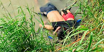 Πατέρας και κόρη αγκαλιά νεκροί στον ποταμό, προσπαθώντας να περάσουν από το Μεξικό στις ΗΠΑ
