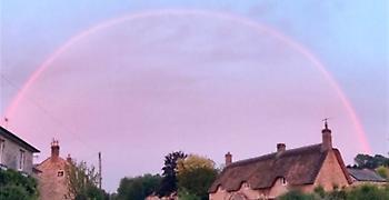 Μαγευτικός ροζ ουρανός στη Βρετανία - Το σπάνιο φαινόμενο σε φωτό