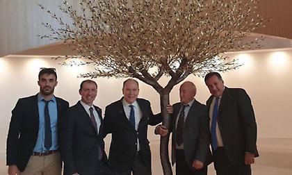 Η εμβληματική ελιά του γλύπτη Άγγελου Παναγιωτίδη κοσμεί από την Κυριακή το Olympic House της ΔΟΕ
