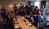 Τούρτα-έκπληξη στον εορτάζοντα Ρογκαβόπουλο από την Εθνική U19 (video)