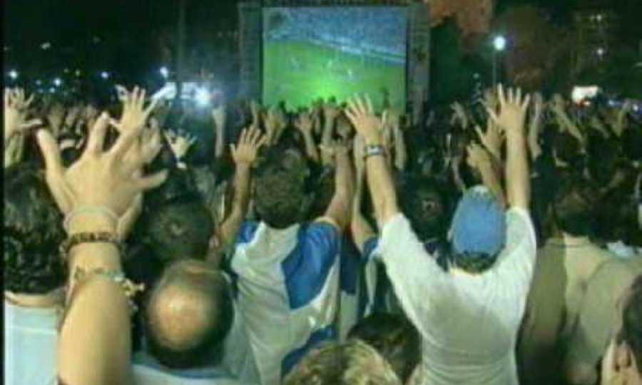 Η νύχτα που κράτησαν οι χοροί σε μια Αθήνα γεμάτη τρέλα
