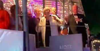 Η Τερέζα Μέι (ξανα)χορεύει υπό τους ήχους του «Dancing Queen» (video)