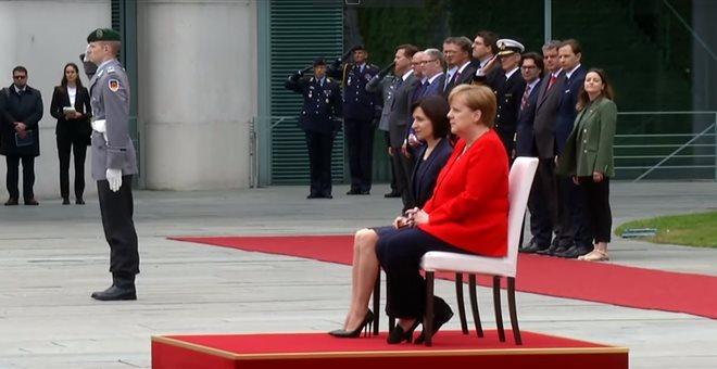 Η Άγγελα Μέρκελ καθιστή και πάλι σε τελετή ανάκρουσης εθνικών ύμνων
