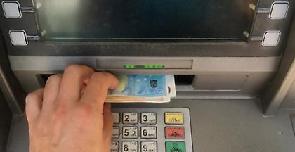 Πιο ακριβές οι αναλήψεις από τα ΑΤΜ: Οι εξηγήσεις των τραπεζών