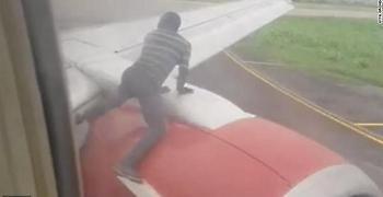 Νιγηρία: Άνδρας σκαρφαλώνει στο φτερό αεροπλάνου κατά την απογείωση (vid)