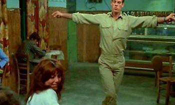 Η πλάνη με το «Ζεϊμπέκικο της Ευδοκίας»: Τι χόρευε στ' αλήθεια ο λοχίας στη θρυλική σκηνή