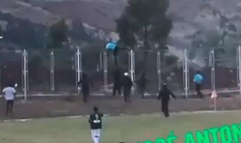 Διαιτητής σκαρφάλωσε στα κάγκελα για να γλιτώσει το λιντσάρισμα (video)