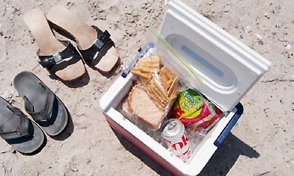 Ξεχάστε το ταπεράκι: Δείτε τι μπορείτε να φάτε όταν βρίσκεστε στην παραλία