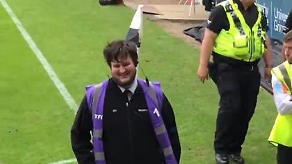 «Γλέντι» με steward που έμοιαζε με τον Μαγκουάιρ σε ματς της LeagueTwo! (vid)