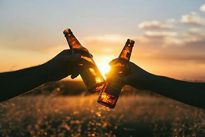 Το γρήγορο κόλπο για να παγώσεις μια μπύρα μέσα σε δυο λεπτά