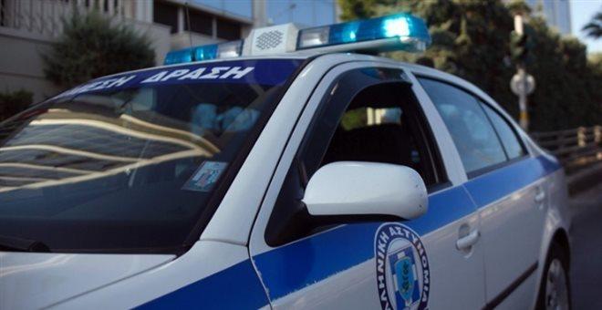 Έριξαν αυτοκίνητο σε τζαμαρία καταστήματος και έκλεψαν την ταμειακή