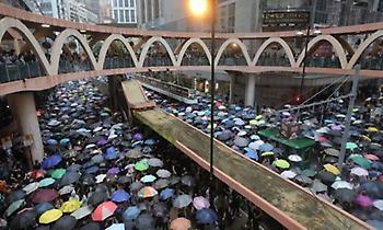 Πλήθος δεκάδων χιλιάδων διαδηλωτών και πάλι στους δρόμους του Χονγκ Κονγκ