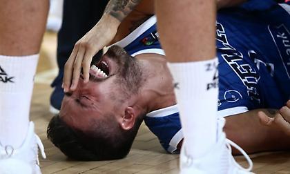 Συνεχίζεται η ατυχία: Τραυματίστηκε σοβαρά και έφυγε με λυγμούς ο Αθηναίου (video)