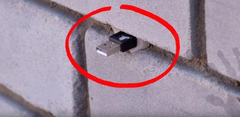 Οι απατεώνες το… τερμάτισαν: Αν δείτε ένα στικάκι σε τοίχο μην το βγάλετε (vid)