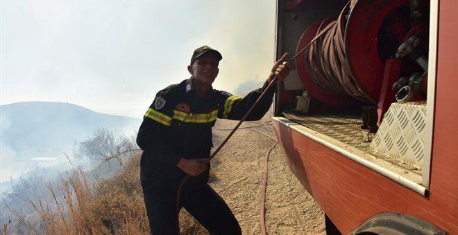 Πυρκαγιά στη Σαλαμίνα ανάμεσα σε σπίτια - Προληπτική εκκένωση οικισμού
