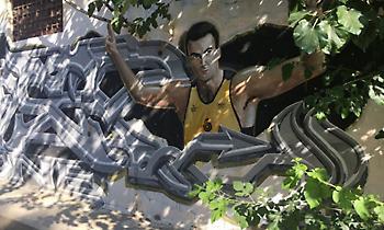 Απαράδεκτο: Κάφροι μουτζούρωσαν το γκράφιτι του Νίκου Γκάλη (pic)