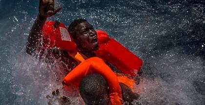 Πλοίο που μετέφερε 100 μετανάστες βυθίστηκε στη Λιβύη