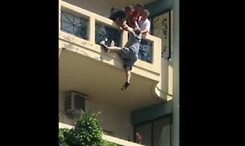 Ήρωας στρατιωτικός έσπασε δύο πόρτες και έσωσε άνθρωπο που κρεμόταν από μπαλκόνι