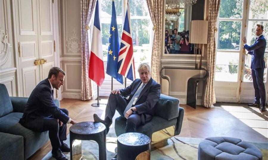 Γαλλία: Άπλωσε τα πόδια του στο τραπεζάκι του προεδρικού Μεγάρου ο Τζόνσον